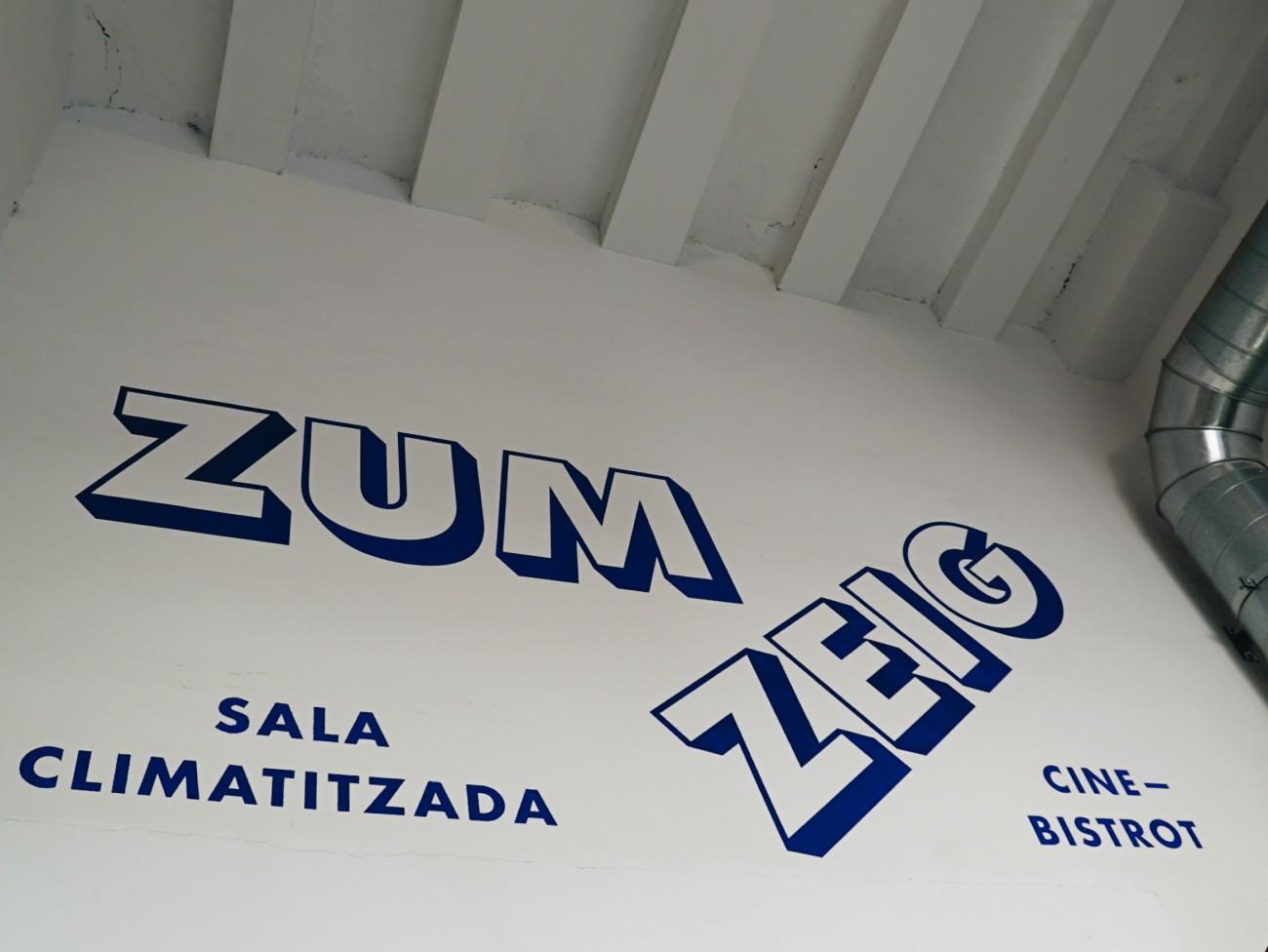 En fin d'après-midi, nous nous dirigeons au Zumzeig, un cinéma qui propose une programmation peu commune de films « inclassables », qui ne trouvent souvent aucun distributeur en Espagne.