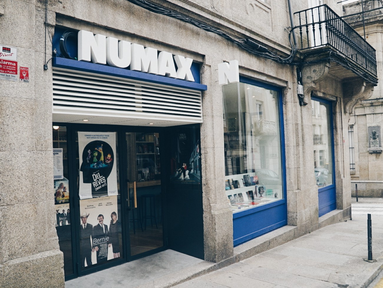 Après 11 heures de train depuis le Pays Basque, première étape à Saint-Jacques de Compostelle pour découvrir le Numax, qui a ouvert en mars 2015. En plus de l'activité cinématographique, ce lieu dispose d'une librairie, d'un café et d'un laboratoire de création graphique et vidéo qui propose des services de production et de postproduction (montage, étalonnage, fabrication de DCP, etc).