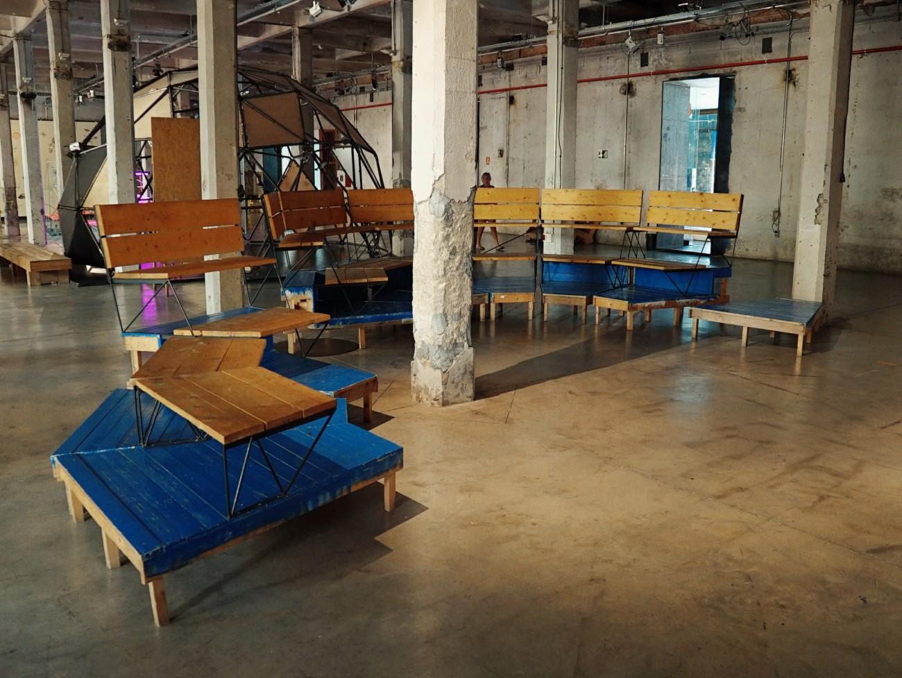 Nous profitons tout même de notre venue pour découvrir le Matadero, le centre de création contemporaine où se situe la Cineteca. De nombreuses microarchitectures ont été installées dans un vaste espace à disposition des citoyens : espaces de discussions individuels, agora, atelier de création filmique pour jeunes réalisateurs et tables de travail.