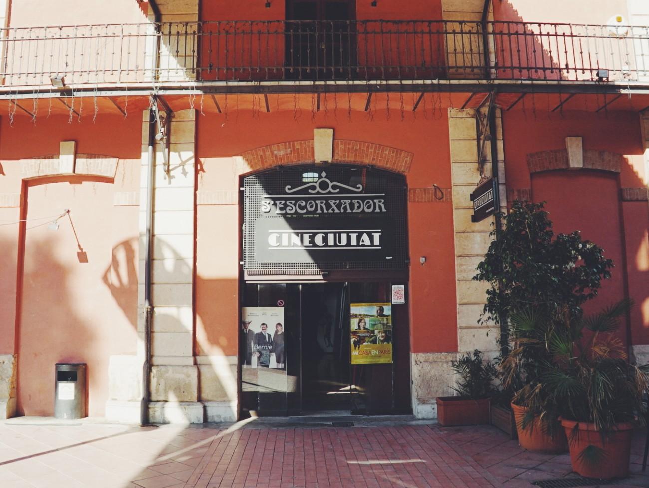 Cap sur l'île de Majorque pour visiter CinéCiutat, un cinéma sauvé de la fermeture par les habitants.