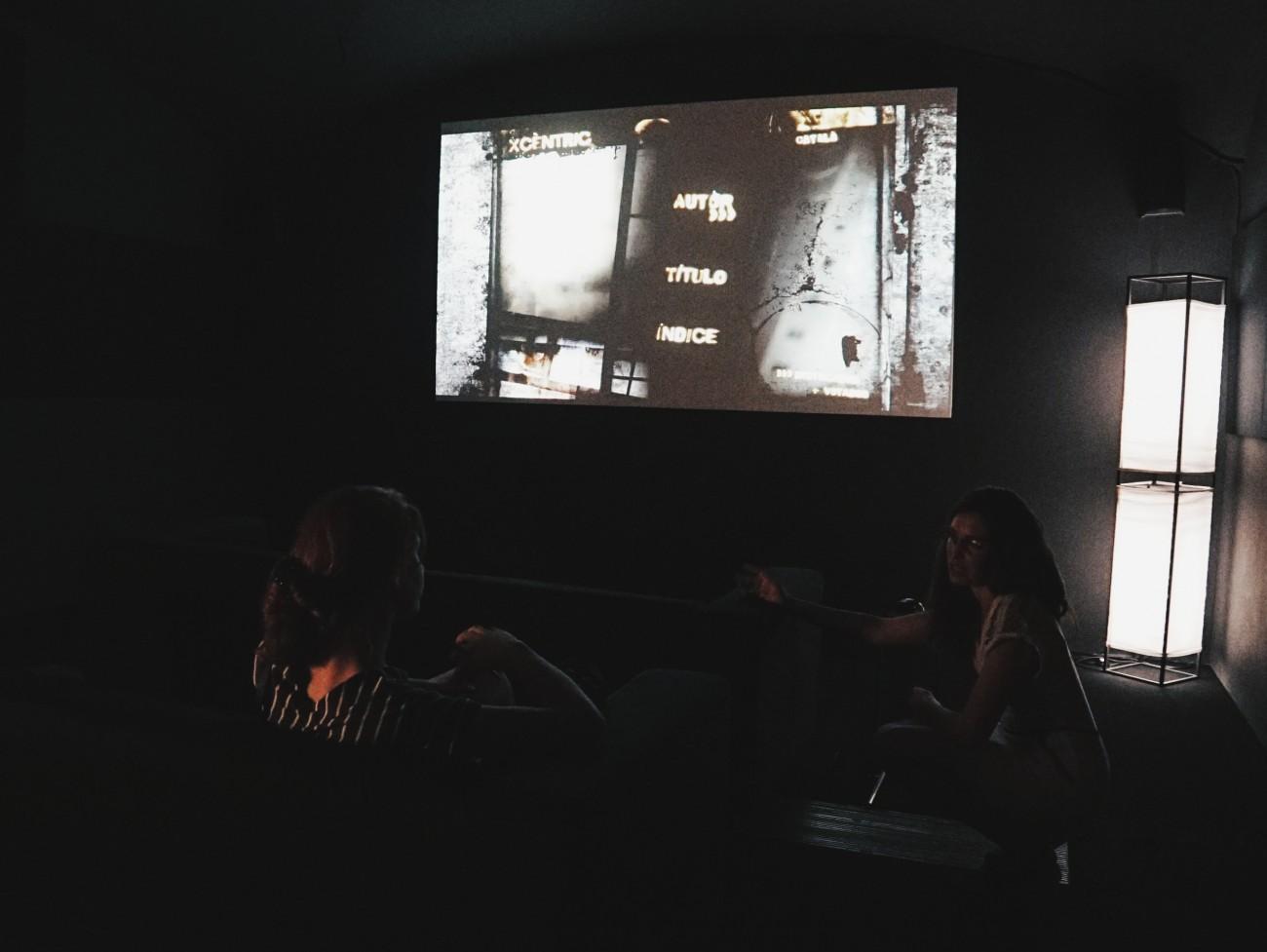 Gloria, la programmatrice de l'Xcèntric, nous fait découvrir l'Arxiu : l'espace d'archives numériques dédié au cinéma expérimental et documentaire. Des postes individuels et une salle de cinéma sont à disposition du public pour des consultations gratuites de tout le catalogue numérisé. Nous en profitons pour y découvrir de nombreuses pépites comme le travail de l'artiste Laida Lertxundi.