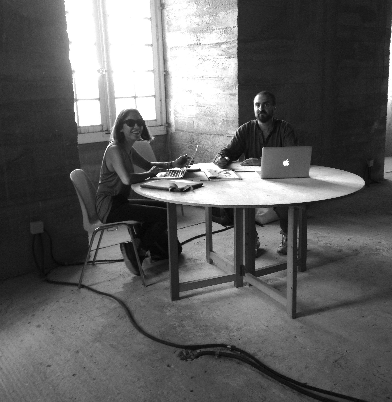 Laura Poulvet et Sebastian Vogler sur le décor du film La Mort de Louis XIV.